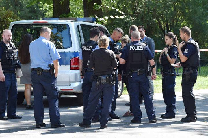 Polizisten versammeln sich am Tatort in Moabit.