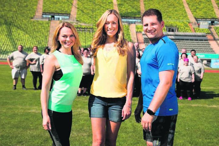 Sie treiben die Kandidaten zu Höchstleistungen: die Fitness-Coaches Mareike Spaleck (31, l.) und Ramin Abtin (45). Ex-Kickboxerin Christine Theiss moderiert die Sendung.