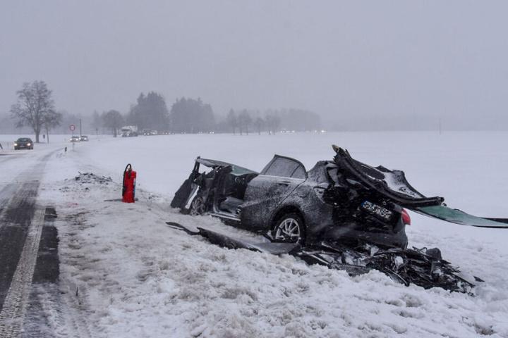 Die Feuerwehr befreite eine Fahrerin aus ihrem völlig demolierten Fahrzeug,