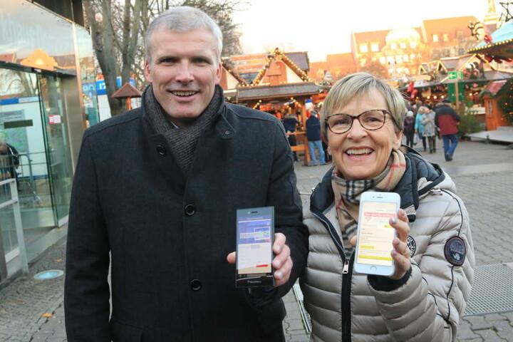 Oberbürgermeister Andreas Bausewein und SWE-Vorstand Myriam  Berg zeigten sich begeistert vom WLAN-Angebot.