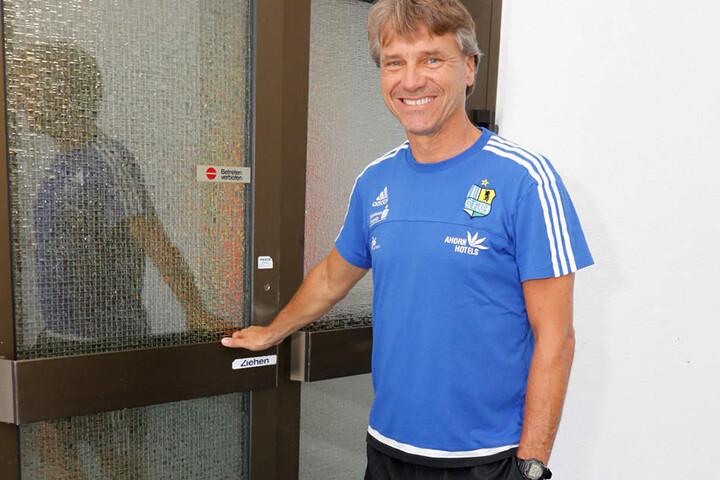Fußball-Lehrer Steffen begrüßt zur ersten Einheit 18 Spieler und 2 Torhüter.