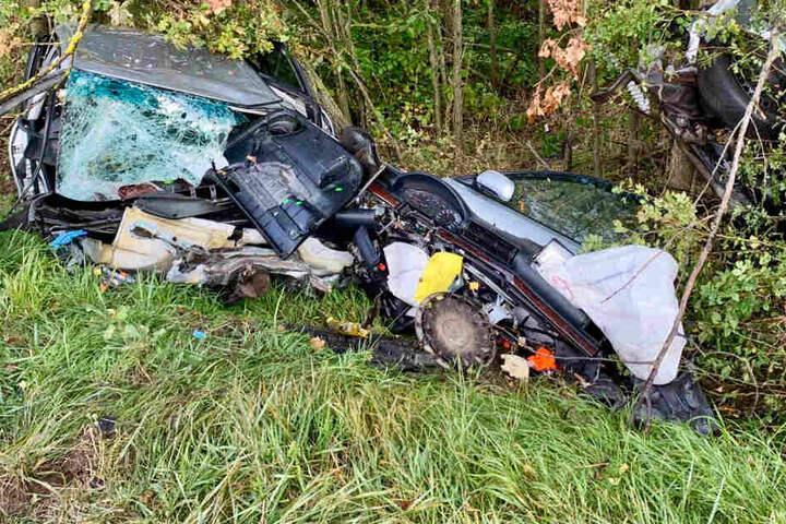 Die Rettungskräfte konnten aus dem Autowrack einen schwerverletzten Mann retten.