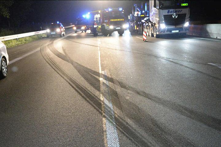 Anhand der Reifenspuren, können die Polizisten den Verlauf des Unfalls nachvollziehen.