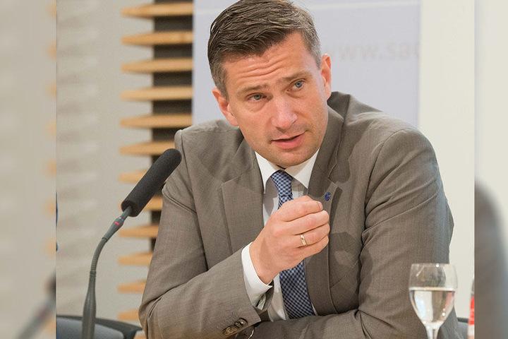 """Verkehrsminister Martin Dulig (44, SPD) Straßenbaubehörde gibt Entwarnung: """"Sachsens Autobahnen halten der Hitze bislang gut stand."""""""