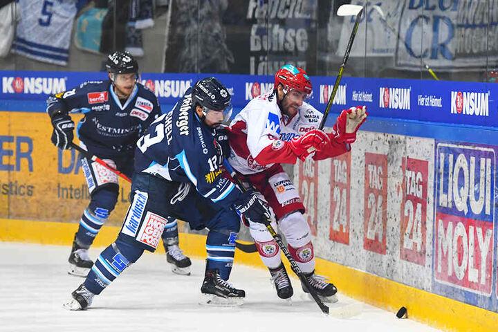 Beide Teams schenkten sich nichts. Eislöwe Dale Mitchell (l.) drückte hier Landshuts Stephan Kronthaler in die Bande.