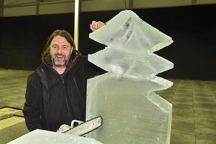 Martin de Zoelte (44) ist der Künstlerische Leiter der Eiswelt - vorab sägt er einen Weihnachtsbaum aus dem Eisblock.