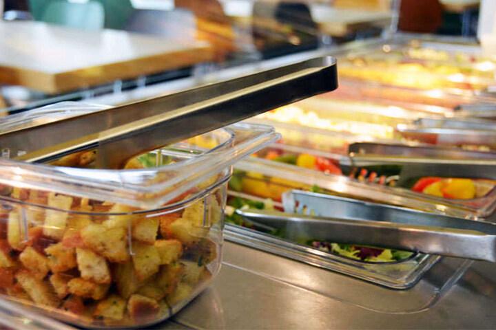 Ab 12 Uhr steht das Essen für die Studenten bereit.