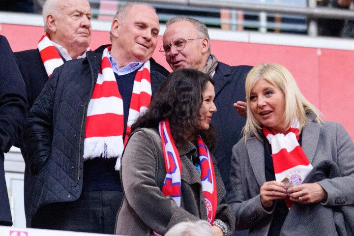Uli Hoeneß und Karl-Heinz Rummenigge freuen sich über den Sieg des FC Bayern München.