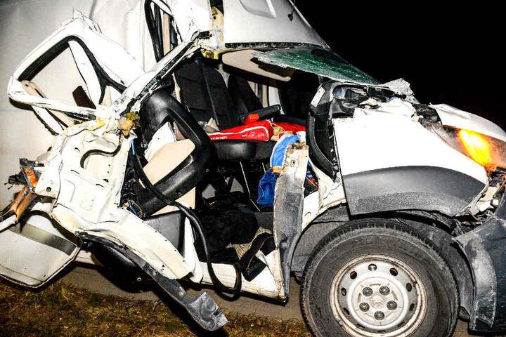 Die Beifahrerseite des Transporters wurde komplett eingedrückt und die Tür weggerissen.