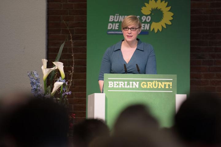 Nina Stahr, Berliner Landesvorsitzende von Bündnis 90/Die Grünen, spricht zu den Delegierten beim Landesparteitag ihrer Partei im April.