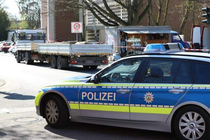 Die Radfahrerin (62) war zwischen Laster und Anhänger geraten.