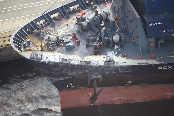 Auch das Containerschiff wurde beschädigt.