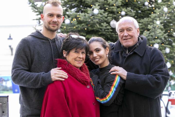 Eric Stehfest (30) und seine Eiskunstlauf-Partnerin Amani Fancy (22) wurden beim Training in Dresden von Erics Großeltern Walburga (73) und Hans-Peter Ehlers (74) überrascht.