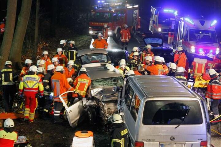 Unzählige Einsatzkräfte kämpften um das Überleben der Fahrzeuginsassen - doch für die kam jede Hilfe zu spät.