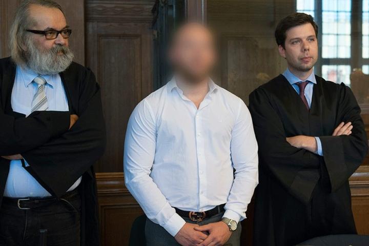 Der Todesfahrer mit seinen Anwälten vor Gericht.