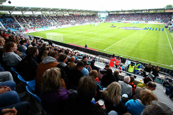Beim Eröffnungsspiel gegen Mönchengladbach waren die Ränge im Stadion voll.