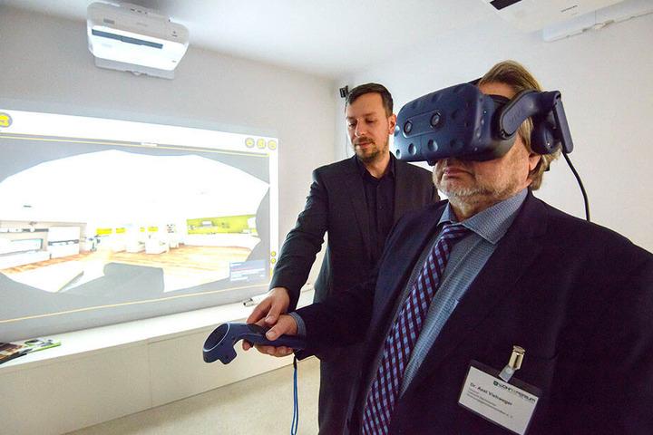 """Mit der VR-Brille lässt sich das """"WohnXperium"""" erkunden."""