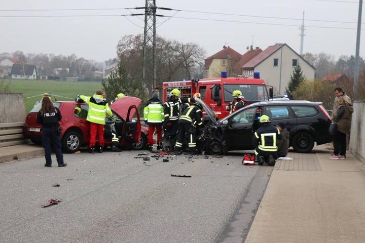 Die Fahrer wurden dabei offenbar schwer verletzt.