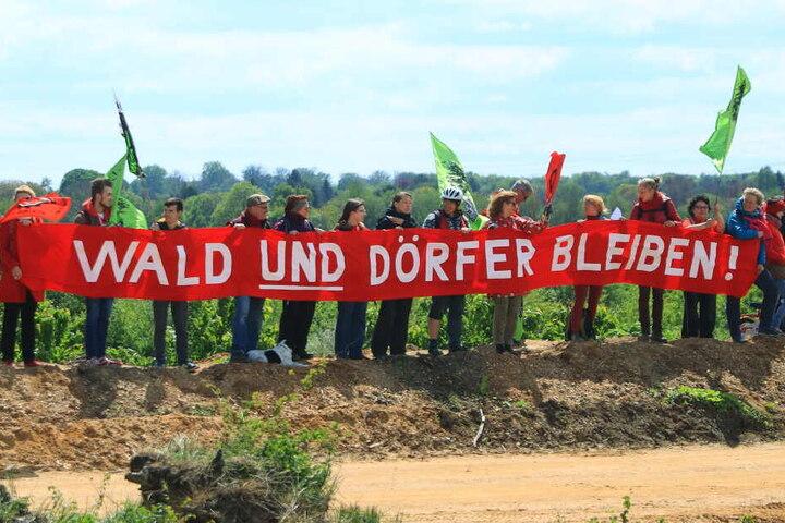 Demonstranten setzen sich für den Erhalt von Dörfern und Wäldern im Rheinischen Revier ein.