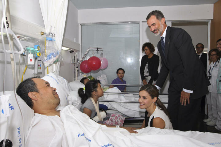 Der spanische König Felipe VI. (r) und Prinzessin Letizia (2.v.r) besuchen Opfer des islamistischen Terroranschlags.
