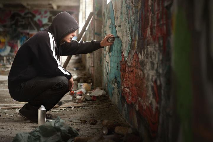Die Sprayer und ihre Graffitis kosten die BVG jedes Jahr Unsummen – sowohl aufgrund der Reinigungsarbeiten, als auch wegen der Überwachung. (Symbolbild)