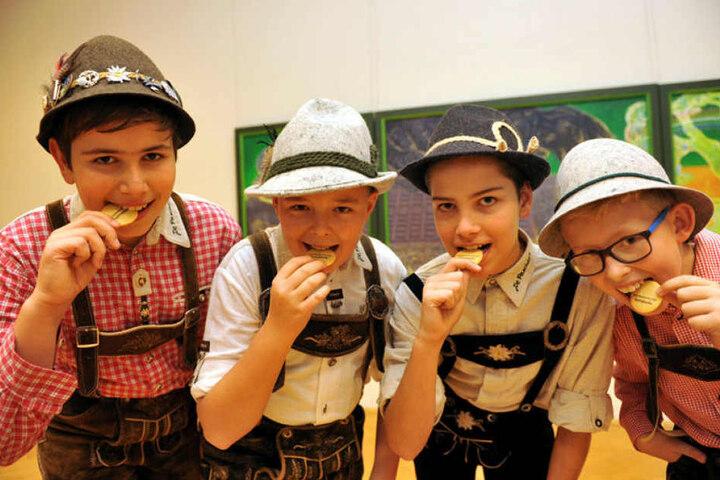 """Die Mundartgruppe """"De Pascher"""" aus Marienberg mit Ludwig, Moritz, Marius und Felix (v.l.) lässt sich das Erzgebirgswort des Jahres """"Sperrguschn"""" auf der Zunge zergehen."""