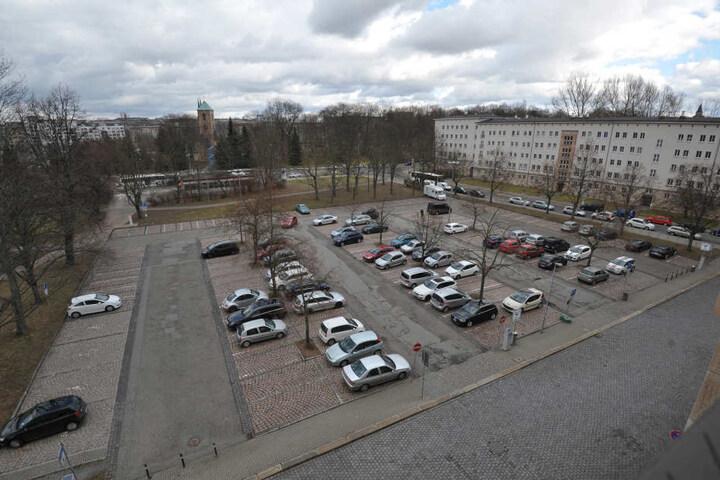 Die zwei Parkplätze am Johannisplatz und vorm Tietz (hinten) sollen bebaut  werden, 1100 Plätze fallen so weg.