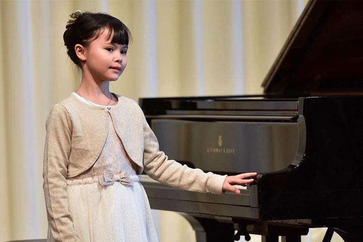 Die achtjährige Celina Hoeferlin aus Mainz ist die jüngste Teilnehmerin beim Kleinen Schumann Wettbewerb in Zwickau.