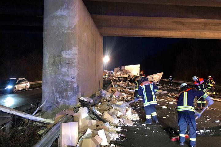 Der Fahrer krachte mit seinem Lastwagen gegen den Brückenpfeiler. Der 12-Tonner wurde bei dem Aufprall komplett zerfetzt.