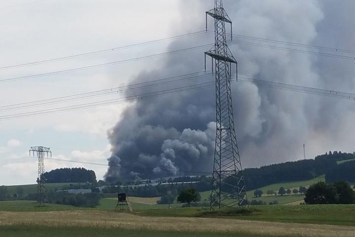 Eine riesige Rauchwolke hängt über dem Erzgebirge.