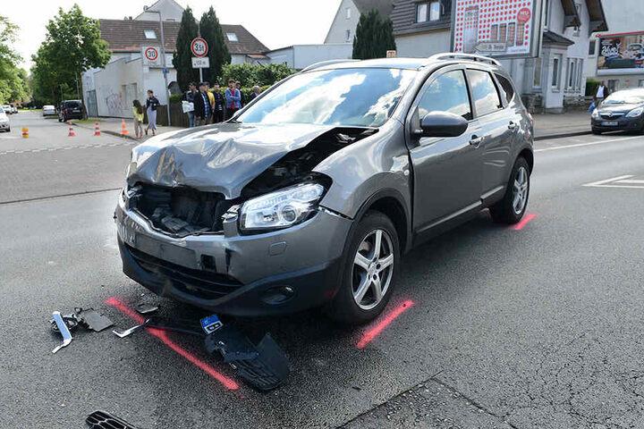 Der Nissan war nach dem Unfall nicht mehr fahrbereit.