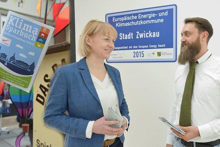 Bürgermeisterin Kathrin Köhler (40, CDU) und Lukas Gregori (32) präsentierten Mittwoch das neue Klima-Sparbuch.