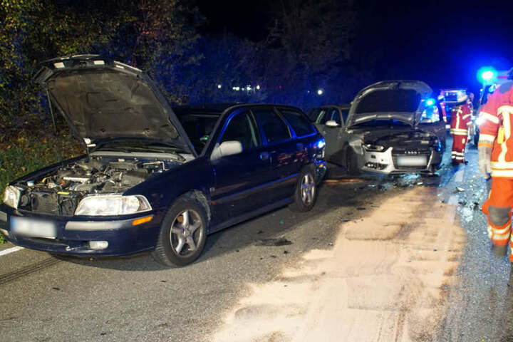 Hinter dem Cabriolet ein Volvo- sowie ein Audi-Kombi.