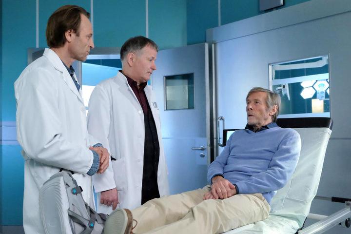 Horst Janson alias Henrik Oswald (r.) wird in der Sachsenklinik behandelt. Allerdings interessiert er sich mehr für das Krankheitsbild seines Zimmernachbarn.