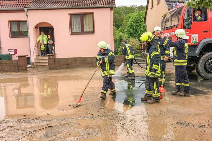 Rund 50 Feuerwehrleute aus Gumperda und Kahla versuchten, der Lage Herr zu werden.