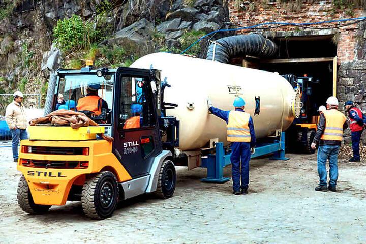 Rein damit ins alte Brauerei-Eislager! Der Tank ist acht Meter lang und zehn  Tonnen schwer.