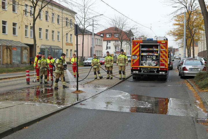 Die Feuerwehr reinigte nach dem schlimmen Unglück den Boden.
