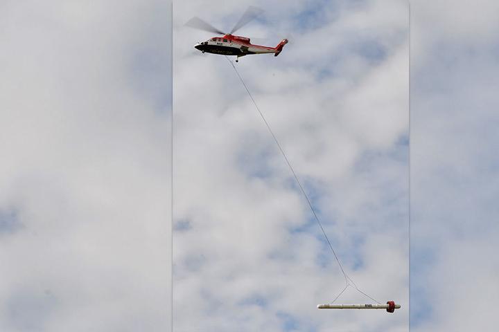 Die Hubschrauber kreisen mit den Sonden etwa 40 Meter über dem Boden.