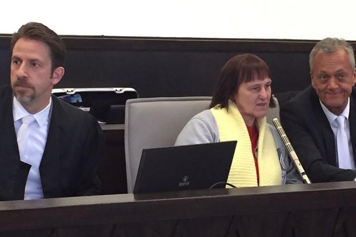 Angelika W. gemeinsam mit ihrem Anwalt Peter Wüller (re.)