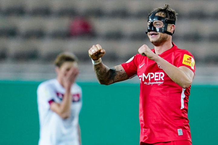 Kaiserslauterns Elfmeter-Torschütze Timmy Thiele jubelt über das Tor zum 2:1.