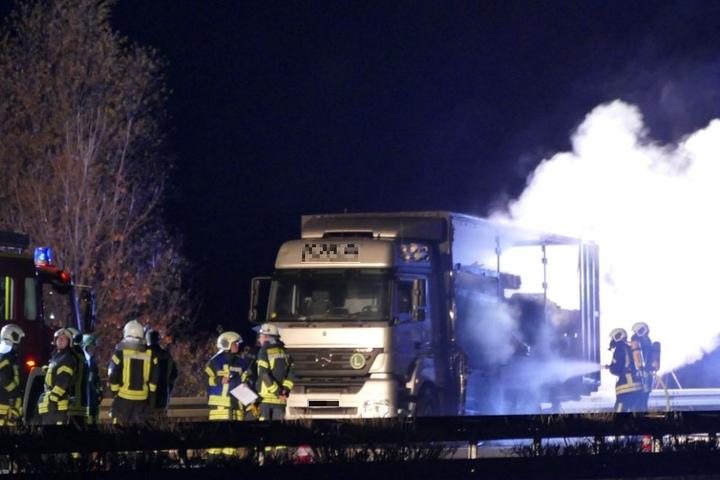 Kurz nach Mitternacht fing das Fahrzeug Feuer.