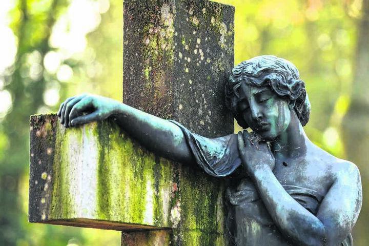 In Deutschland gilt das Bestattungsgesetz. Wer sich außergewöhnlich unter die Erde bringen lassen möchte, muss dafür ins Ausland gehen.