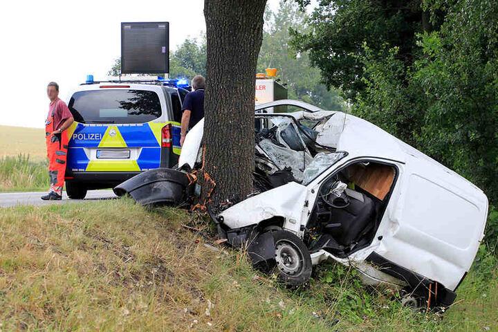 Der Fahrer wurde im Auto eingeklemmt.