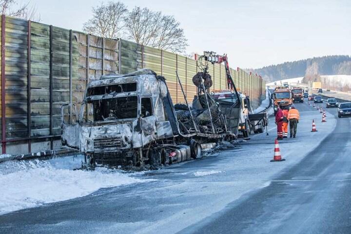 Am Samstagmorgen wurde der ausgebrannte Lkw geborgen.