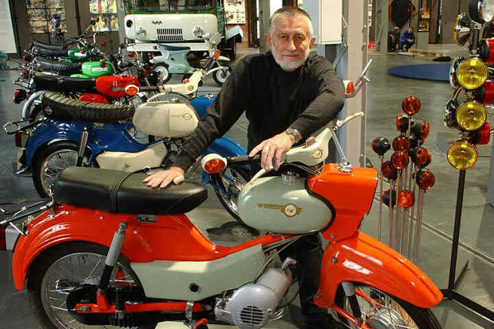 """Der Chemnitzer Formgestalter Professor Claus Dietel (82) mit einigen seiner """"Kinder""""-Mopeds made in DDR."""