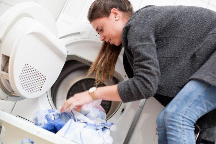 Manche Kleidungsstücke sollten lieber Profis reinigen. (Symbolbild)