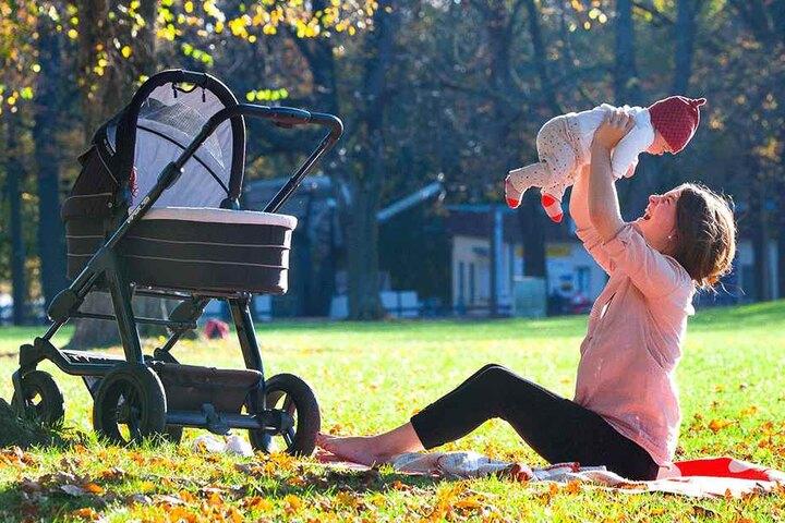 Isabell Kimme (23) lässt ihre Tochter Ida (drei Monate) durch die warme Luft  fliegen.