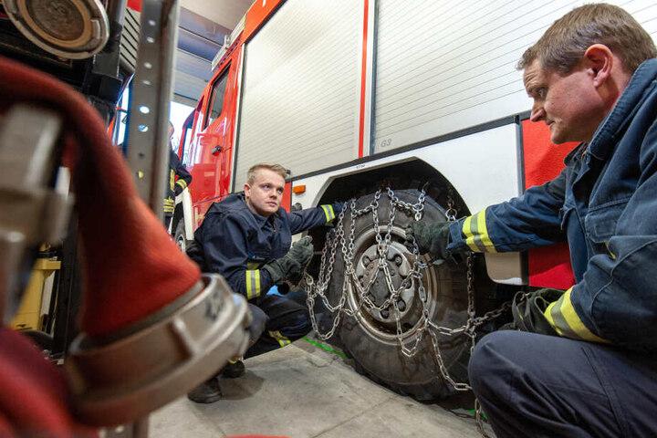 Einen wie Sebastian Zander (26, l.) sieht man bei der FFW nur selten. Die meisten Feuerwehrleute sind über 40.