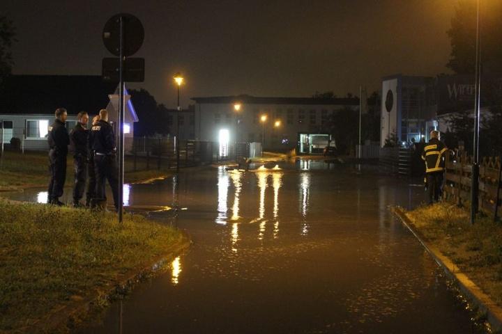 Einsatzkräfte begutachten die Überschwemmungen.