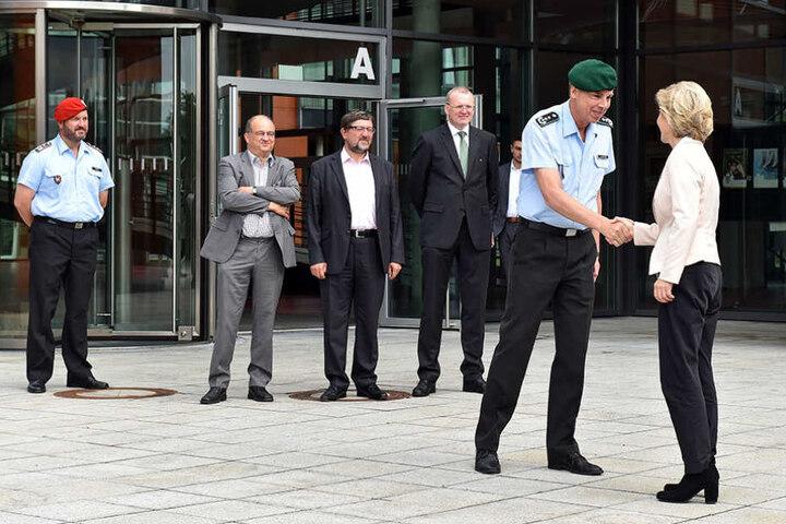 Oberst Jochen Schnelder (58), Vize-Kommandeur der Schule, begrüßt die Chefin.